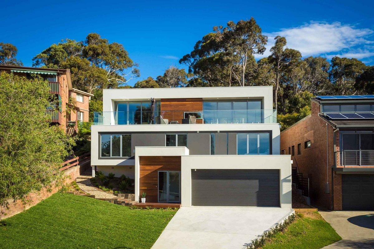 Трехэтажный дом с гаражом