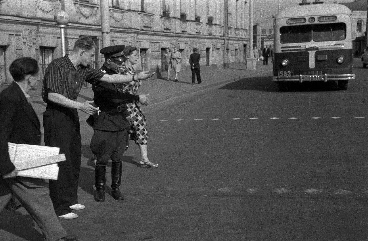 561630 Улица Калинина (Воздвиженка) Николай Бобров 1956 В Москве запретили автомобильные звуковые сигналы.jpg