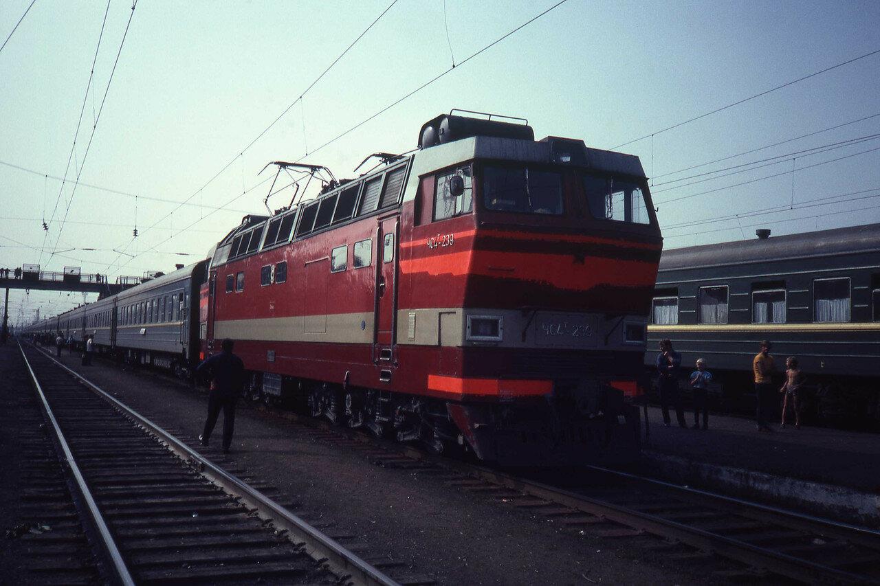 Электровоз ЧС4Т-239 с фирменным поездом «Байкал» Иркутск - Москва во время стоянки на станции Балезино