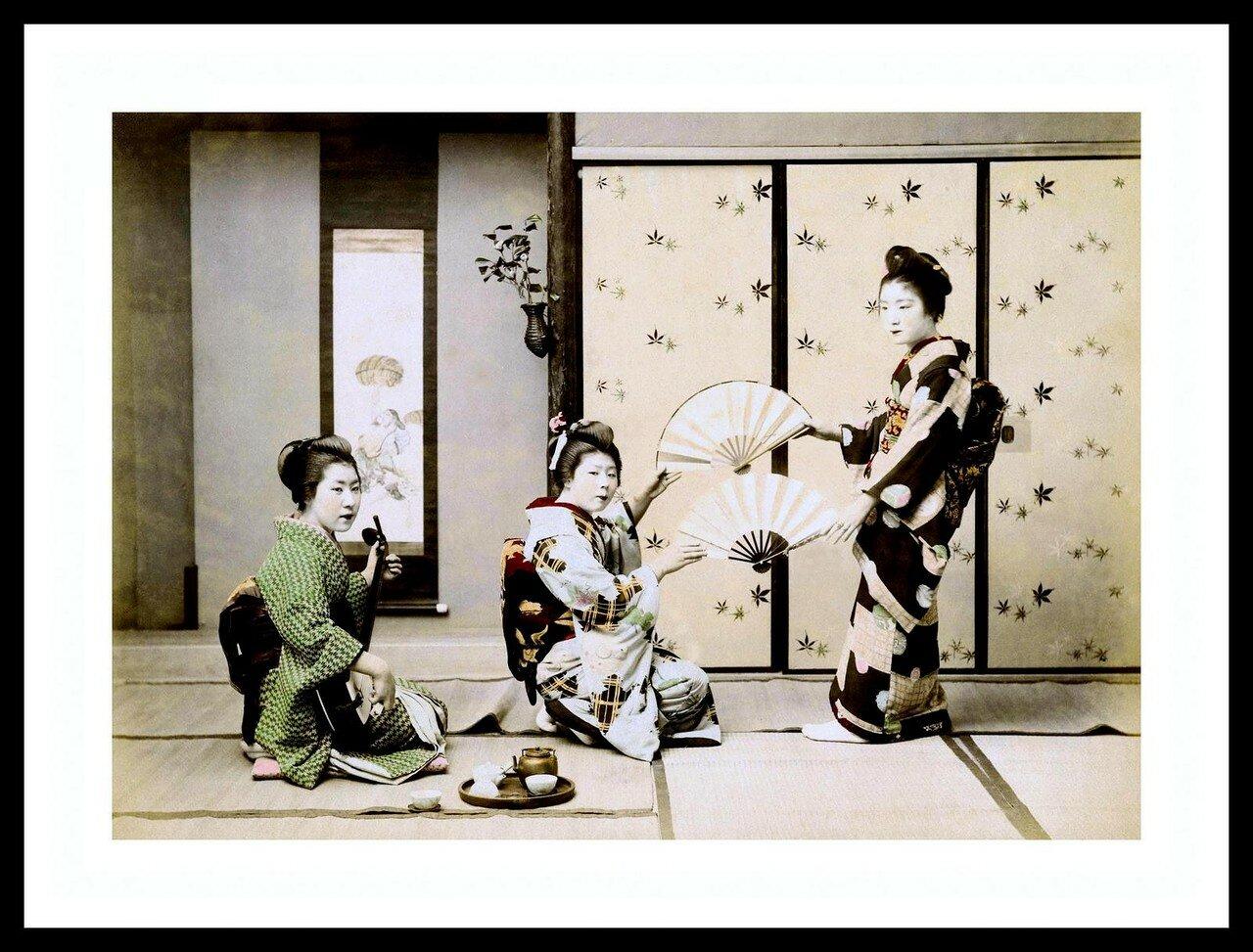 Три гейши исполняют танец с веерами