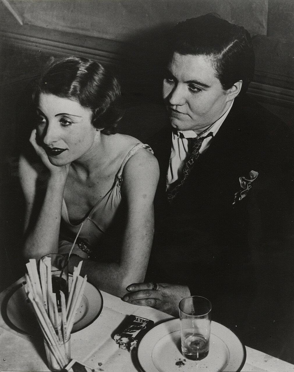 1932. «Монокль», клуб для лесбиянок.  Жирная Клод с подругой