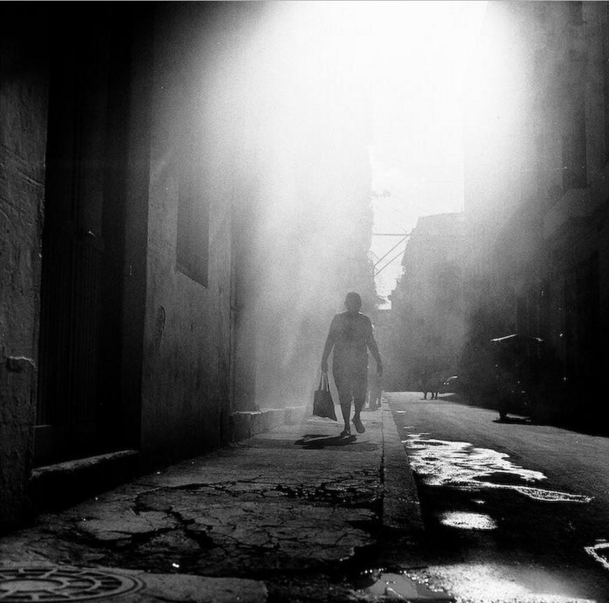 1930-е. Женщина с сумками на парижской улице