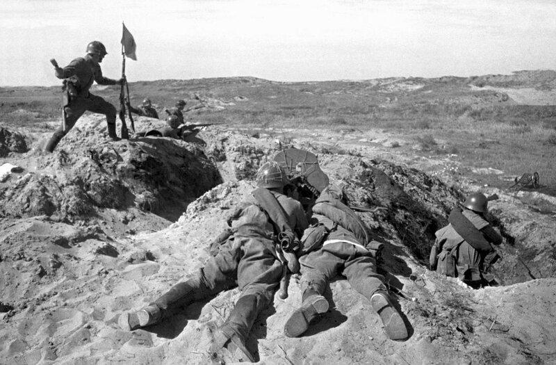 Советский солдат водружает флаг в бою на сопке Ремизова. Халхин-Гол, 1 августа 1939 года.