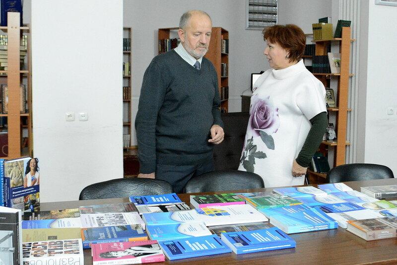 К.ф. н. Л.Д. Рассказов и докладчик к.ф. н. Т.М. Гончарова у выставки.JPG