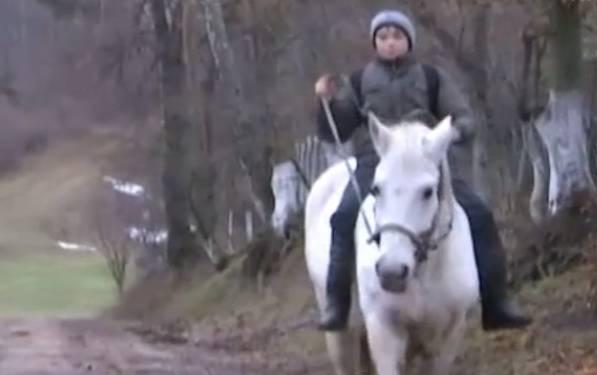 Маленький всадник: На Ровенщине пятиклассник ездит в школу на белом коне (видео)