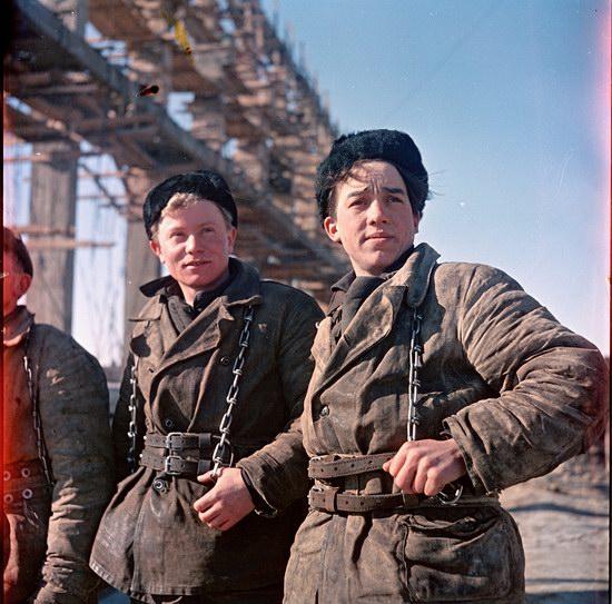 Юные высотники на стройке в Павлодаре, Казахстан.