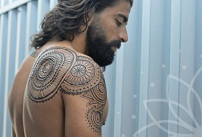Мужчины тоже делают татуировки хной, и это очень сексуально (12 фото)