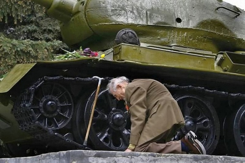 4. Ветеран около танка Т34-85, на котором он воевал во время Великой Отечественной войны.