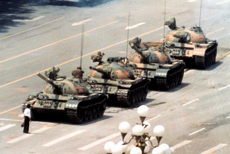 32. Культовая фотография неизвестного мятежника, который стоял перед колонной китайских танков. Площ