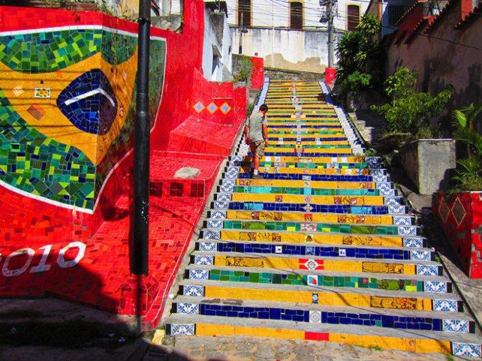 13. Лестница для футбольных фанов (Бразилия) Разрисованная лестница в Рио де Жанейро.