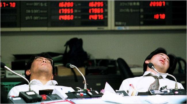 © thepopdaily  Что выделаете, когда вас одолевает послеобеденный сон нарабочем месте? Японцы