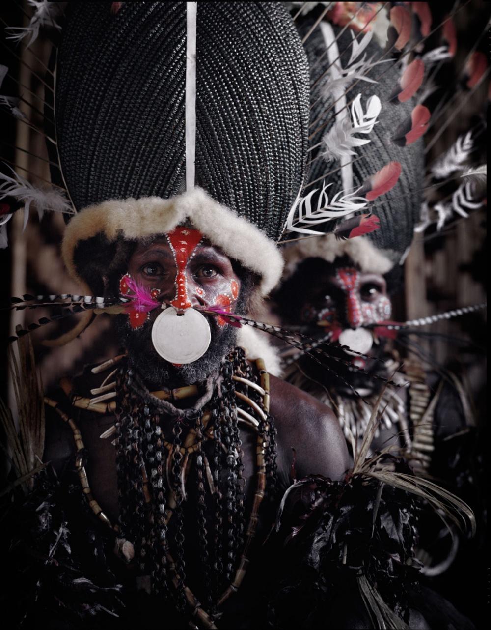 Мужчины трепетно относятся ксвоему внешнему виду— покрывают тела орнаментом, ожерельями изклювов