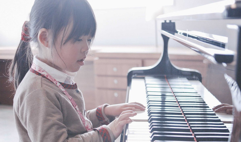 Множество исследований выявило прямую зависимость между упражнениями в игре на музыкальных инструмен