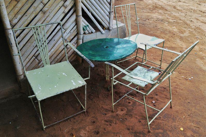 8. Столы и стулья для посетителей сварены из арматуры. Это Африка, детка. Только железо, только хард