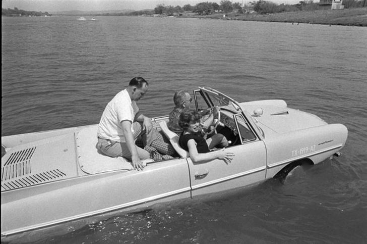 Президент США Линдон Джонсон любил производить впечатление на своих гостей и катать их на машине-амф