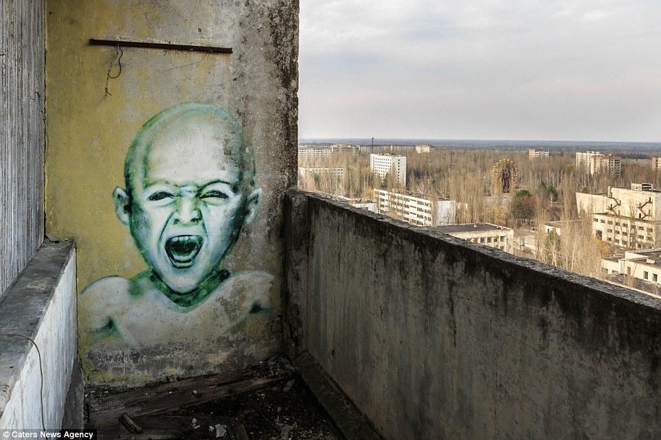 Припять все еще закрыта для посещения из-за высокого уровня радиации, но многие граффитисты проникаю