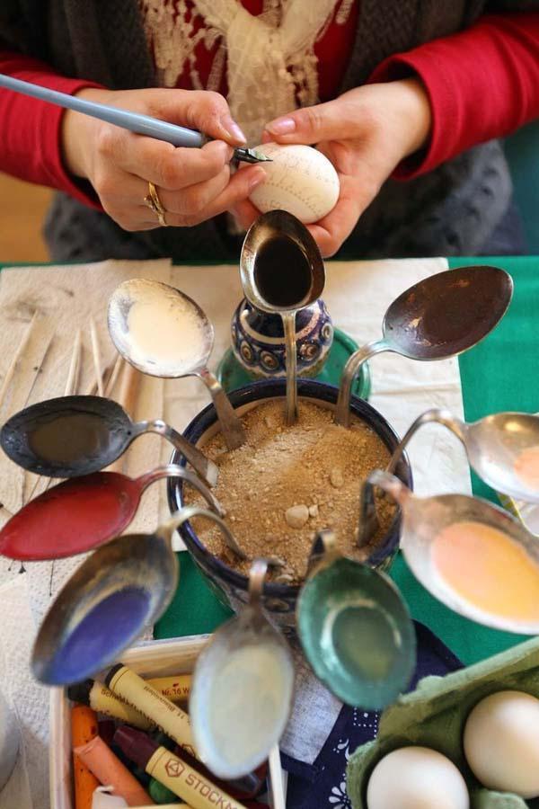 5. Украшение пасхальных яиц – процесс сложный и кропотливый. В этих согнутых ложках – крашеный воск.