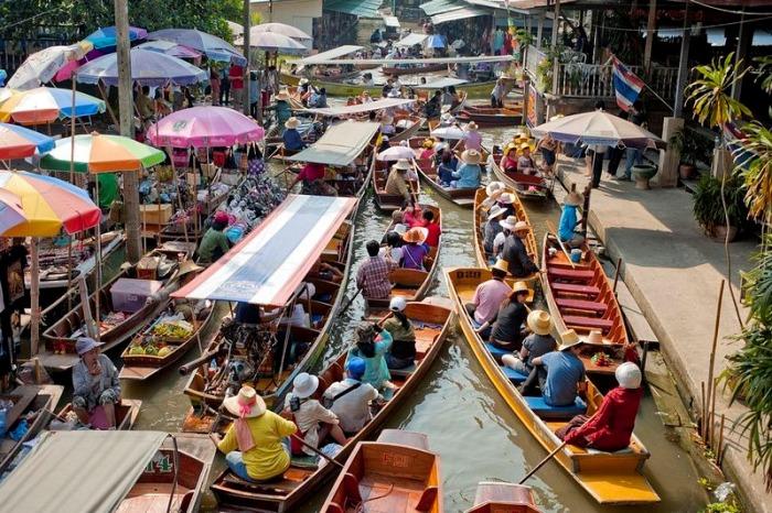Плавучие рынки сформировались не просто так, всему виной – влажный климат и обилие рек. Раньше лодки