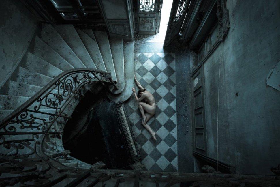 На контрасте: фотограф снимает обнаженных девушек в заброшенных зданиях