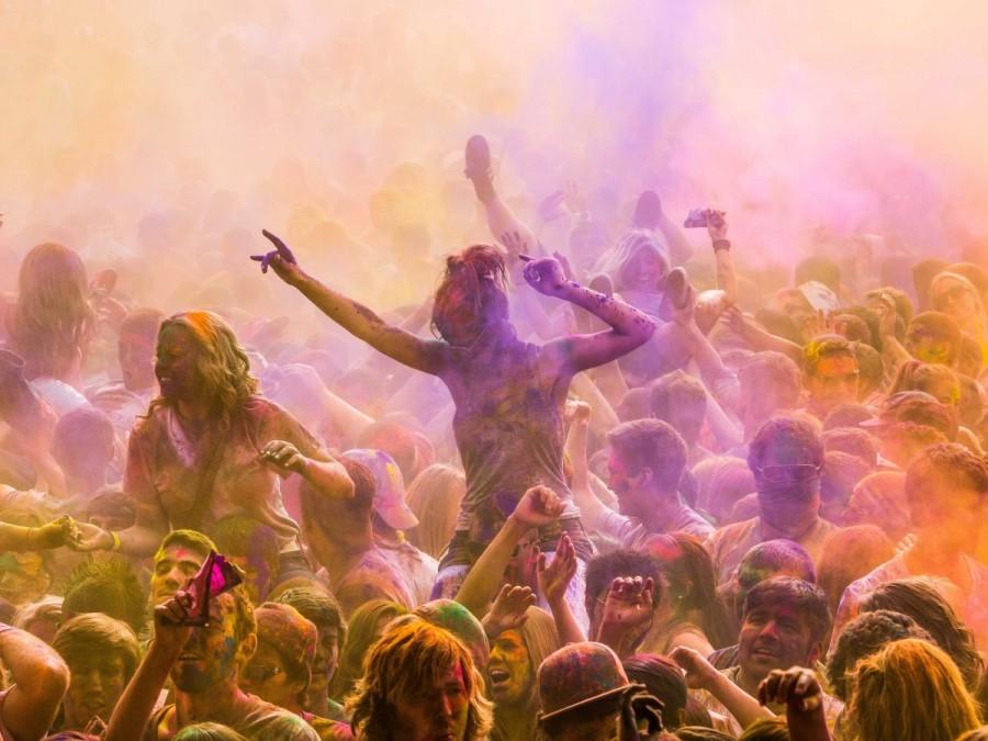 6. Праздник весны или Холи проходит в течение двух дней в Индии. В ходе этого праздника принято брос