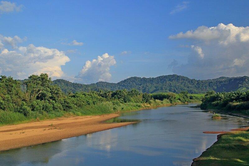 Долина реки, горы, лес и облака. Вид с моста в Такуа Па, Таиланд