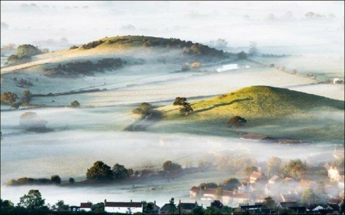 Туман в сельской местности, юго-западная Англия Горы служат барьером, задерживающим влажный воздух на западе.