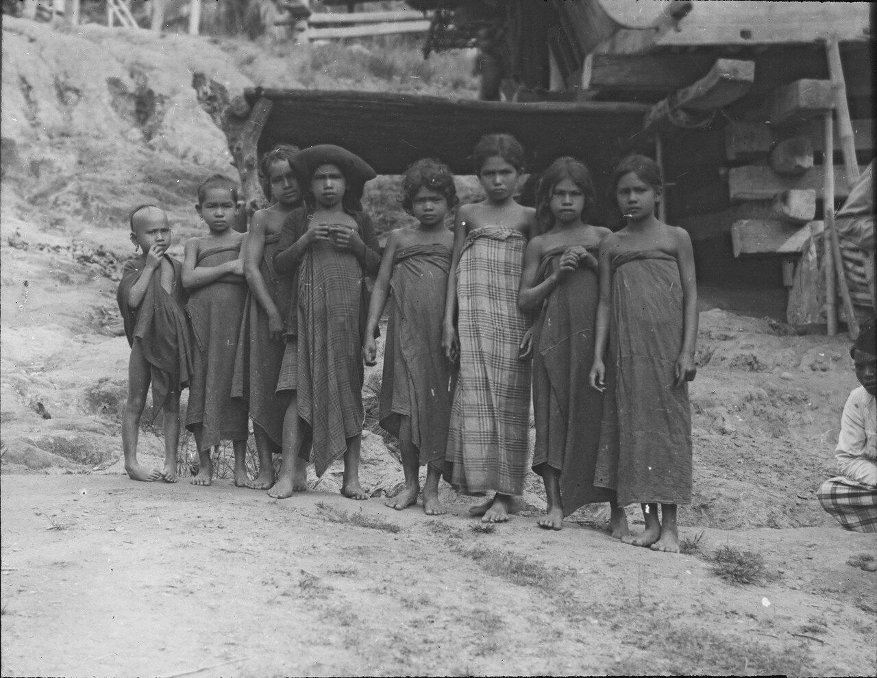 Дети народности каро