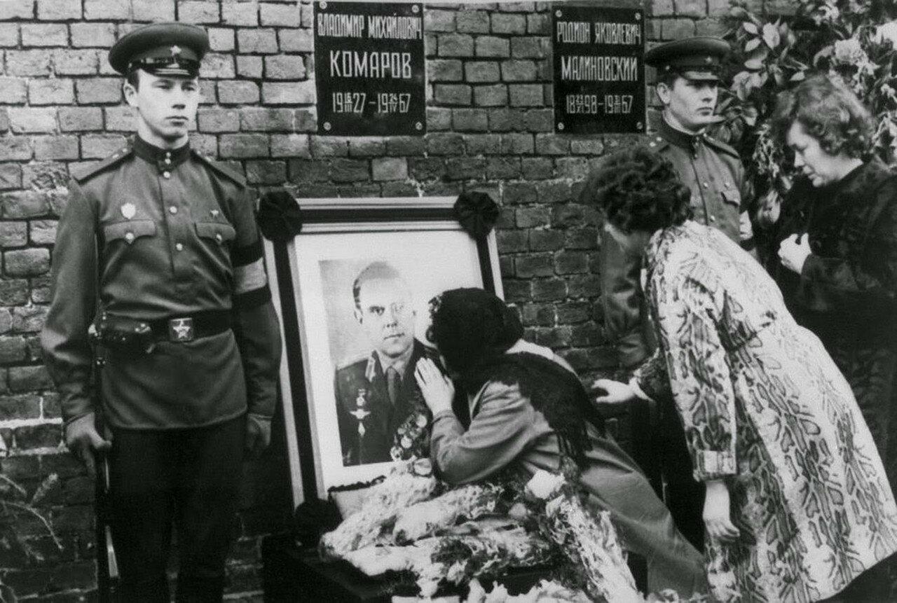 Валентина Комарова, вдова  космонавта, целует фотографию своего покойного мужа во время похорон