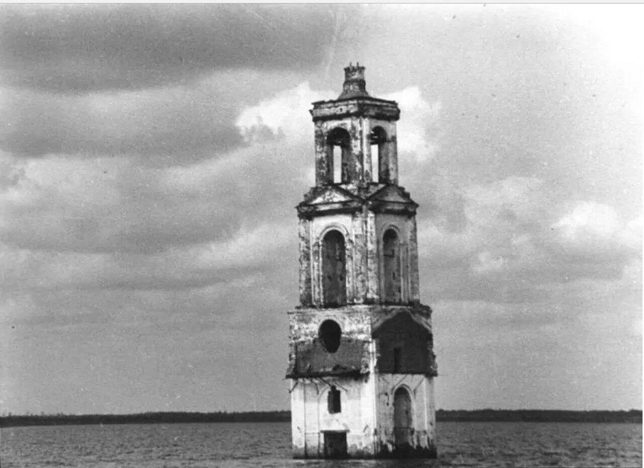 Рыбинское водохранилище, затопленная колокольня церкви села Роя