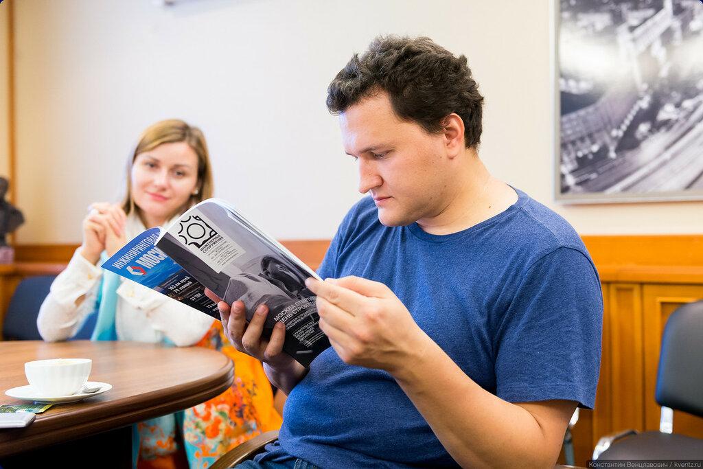 Александр Попов — russos придирчиво изучает вёрстку журнала