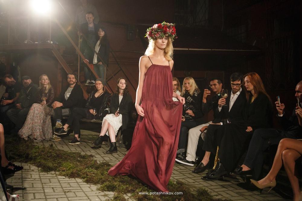 Ночной показ моды Купалле от дизайнера Елены Цоколенко в Красном дворике в Минске