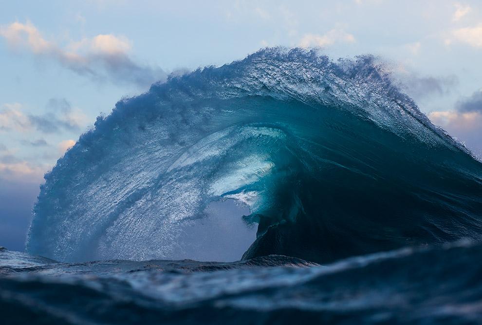 12. Все меняется с приближением к берегу. Перед цунами море, обнажая дно, отходит от берегов на сотн