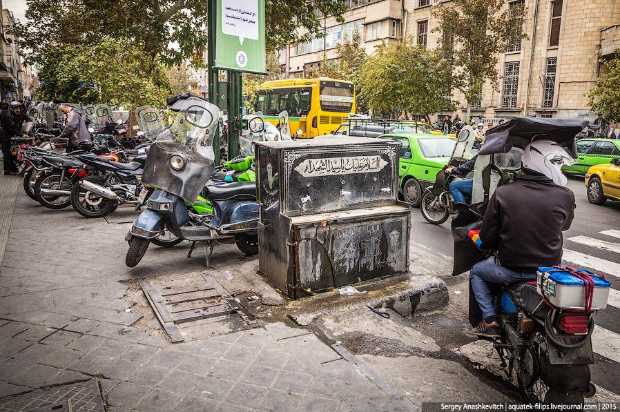 12. Часть улиц в центральной части Тегерана закрыты для движения и сделаны пешеходными. Правда,