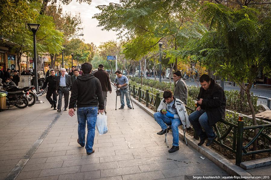 13. Обеденный перерыв в центре Тегерана. Многие офисные работники выходят немного прогуляться и