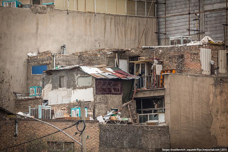 38. Гуляя по Тегерану во второй день, на тротуаре мы увидели вот такую необычную конструкцию. С