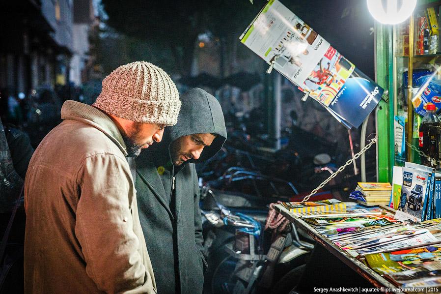 44. В городе полно банкоматов, но они работают только с картами иранской национальной системы.