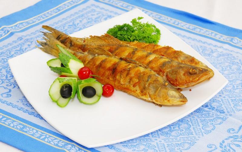 14. Жареха из судака готовится очень просто. Для этого килограмм рыбного филе предварительно маринуе