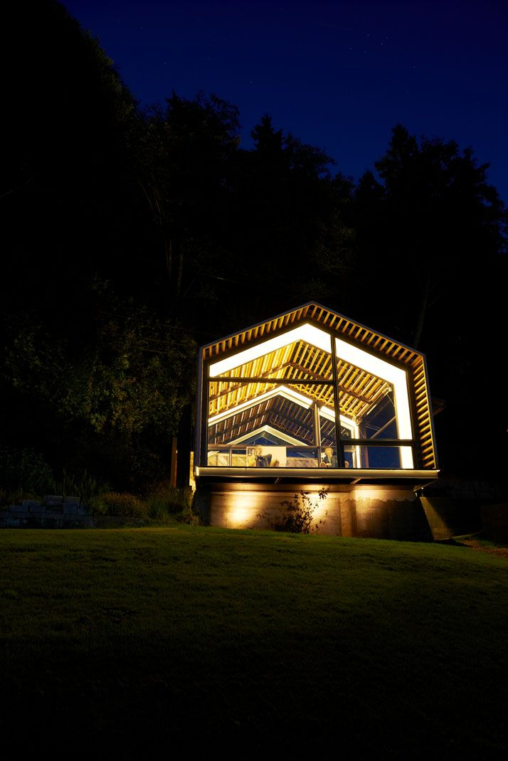 5. В вечернее время создается впечатление, что дом светится изнутри и выглядит это просто потрясающе