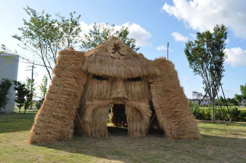 3. С тех пор ежегодно студенты оплетают специальные огромные деревянные рамы соломой, создавая таким