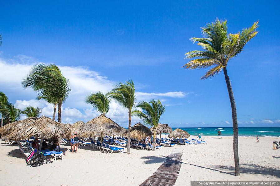 6. На открытых лежаках в разгар дня желающих полежать нет — солнце в Доминикане жарит очень сил