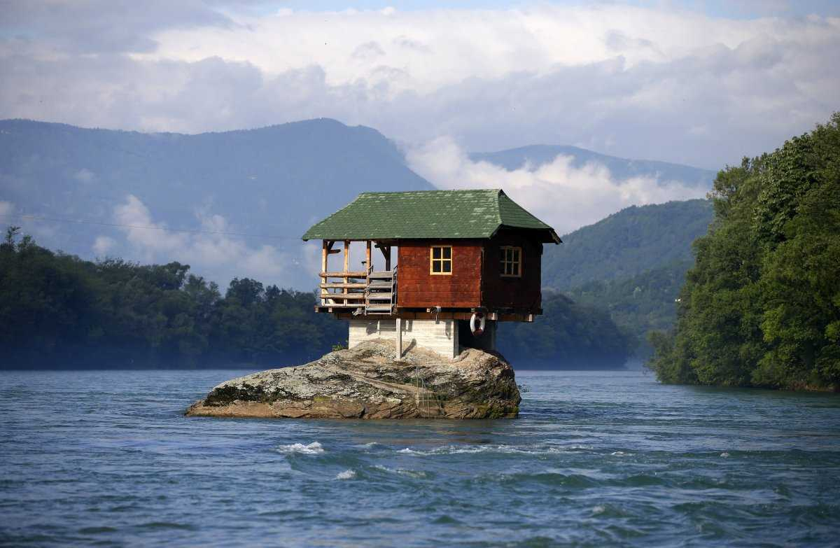 Наряду с другими домиками, взгроможденными на деревья, компания Natura Cabana сдает эту хижину в Ле-