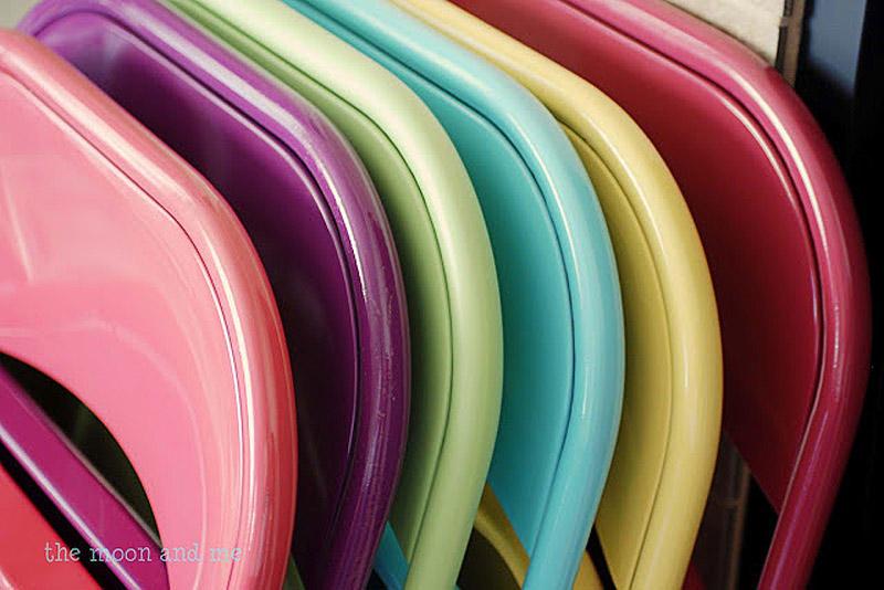 11. Старые складные стулья можно обновить яркой краской из баллончика А если у вас золотые руки, то