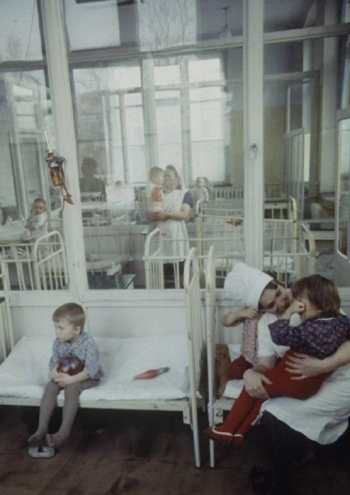 Дети пьют лечебную минеральную воду, которую привезли медработники. Москва, 1970-е годы.