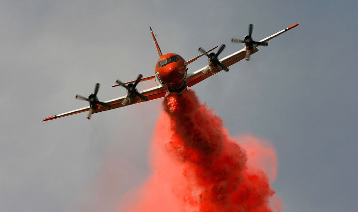 2. Огромные клубы дыма от лесного пожара и маленький пожарный вертолет, Калифорния, 7 августа 2002.