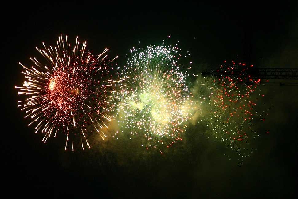 Вдень города москвичи увидят фейерверки ввиде комет, бабочек исмайлов