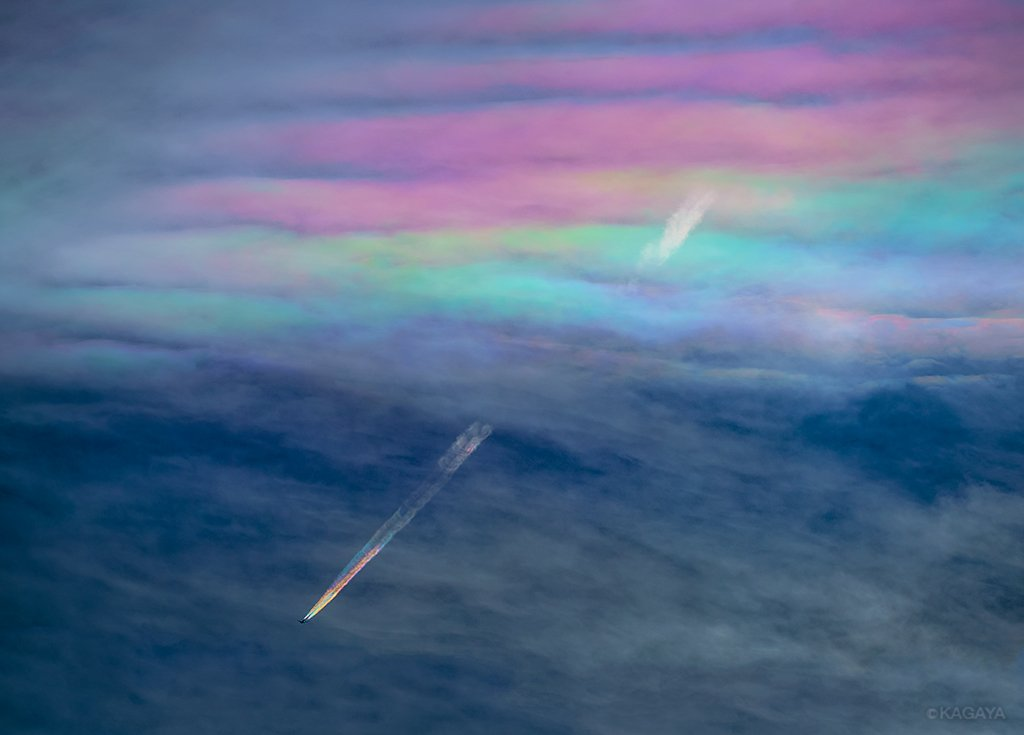 A Photographer Captures An Airplane with Rainbow Contrails Above Japan (2 pics)