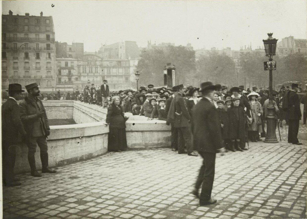 1918. Толпа на площади в ожидании показа военных трофеев