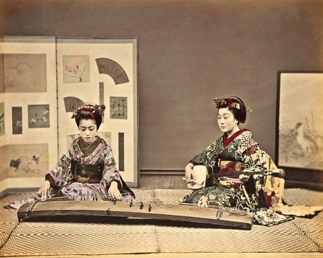 Женщины играют на кото и сямисене. 1880-е