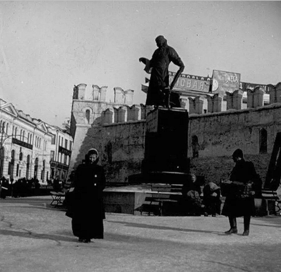 1910.  У памятника Ивану Федорову