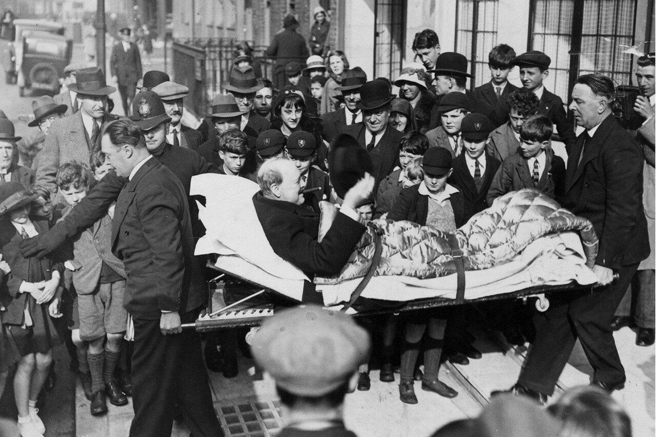 1931. Уинстона Черчилля переносят на носилках в дом, после того как его сбила машина. Нью-Йорк